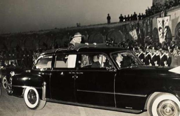 Anti-Pope John XXIII stopping car for Jews